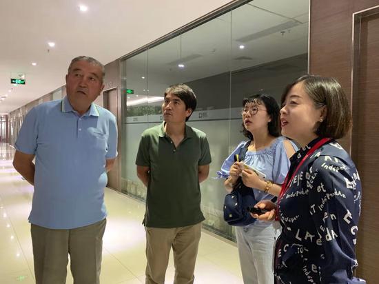 吉尔吉斯斯坦议会新闻中心主任伊布拉因•努拉坤•乌鲁(左二)29日参观访问新疆德汇集团。