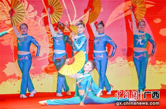 季军舞队:柳州分赛区舞动奇迹团队 《扇子舞 中国风》表演