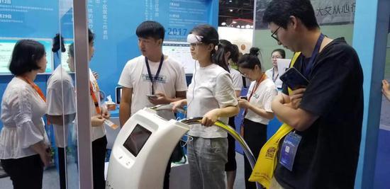 """图为:""""未来健康屋""""亮相第五届国际健康博览会。卓健科技供图"""