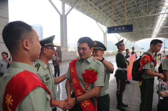图为:武警台州支队欢送退伍老兵 章朝晖 摄
