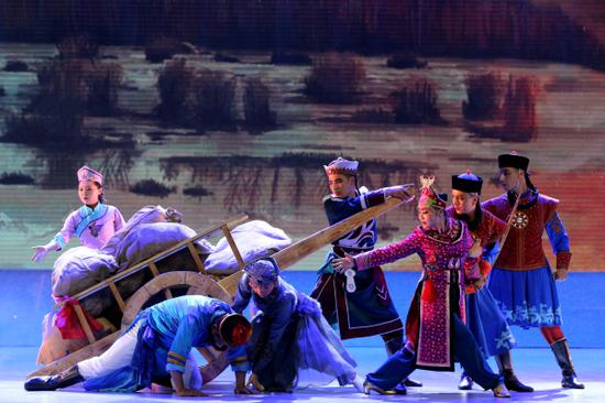 锡伯族西迁史诗《跟着太阳走》交响诗剧在察布查尔县首演