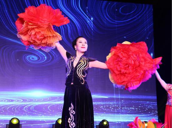 杭州民建艺术院院长李洁表演魔术《繁花似锦》。张丹 摄