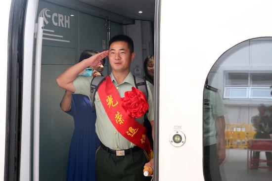 最后一个军礼,献给战友 刘治乾 摄