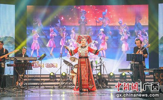 图为广西歌手表演《风情广西》节选节目。陈冠言  摄