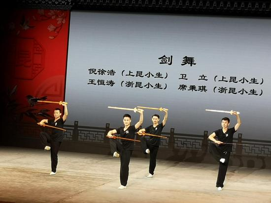 演员基本功——剑舞展示。童笑雨 摄