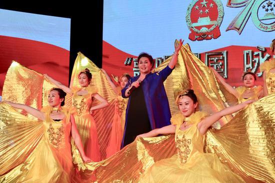 杭州歌剧舞剧院国家一级演员支乐双女声独唱《我和我的祖国》。张丹 摄