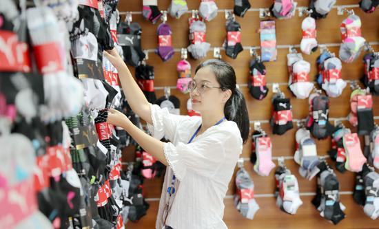 浙江德清纺织品企业提前进入产销旺季  谢尚国 摄