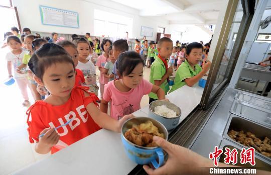 """广西融安""""名厨亮灶""""让""""免费午餐""""更安全"""