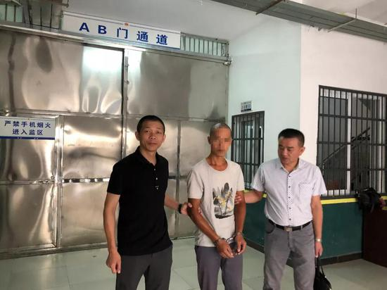 图为:犯罪嫌疑人被警方押回浙江温岭。梁艳提供