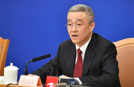 图为:浙江省丽水市委书记胡海峰在回答记者提问。 张茵 摄