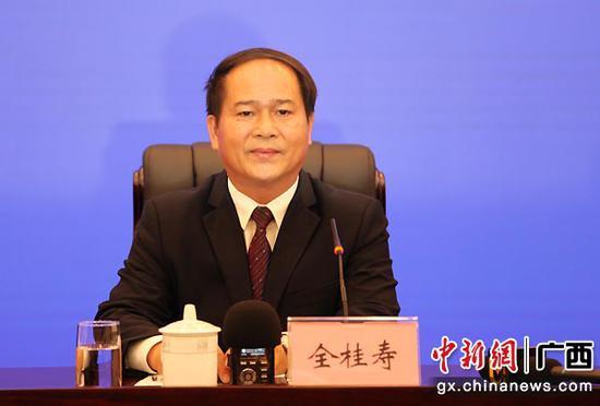 图为中共广西梧州市委书记全桂寿在新闻发布会上介绍梧州市发展情况。中新社记者  杨志雄  摄