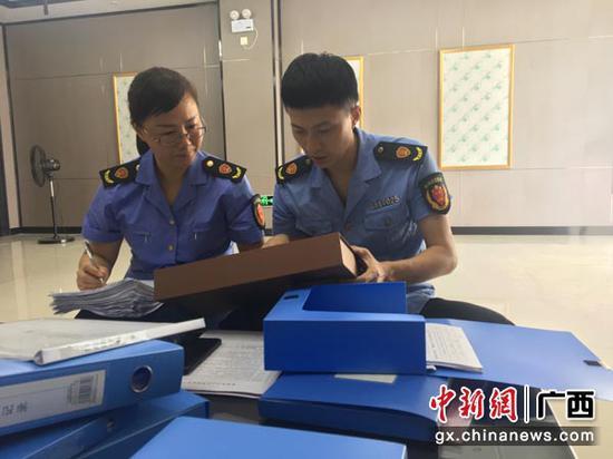 图为执法人员检查月饼生产企业。