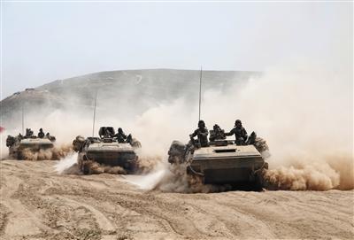 新疆军区某师组织合成营实兵对抗演习考核