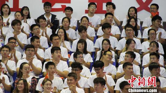 学生参加纪念大会。戚亚平 摄