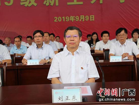 图为广西壮族自治区政协副主席、广西大学党委书记刘正东出席开学典礼。中新社记者   杨志雄  摄