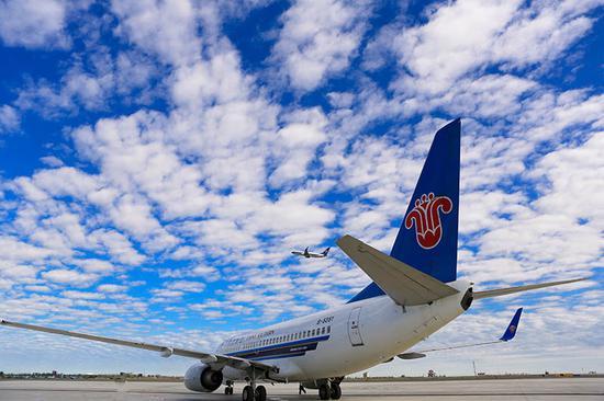 乌鲁木齐机场,南航飞机起飞。张思维摄