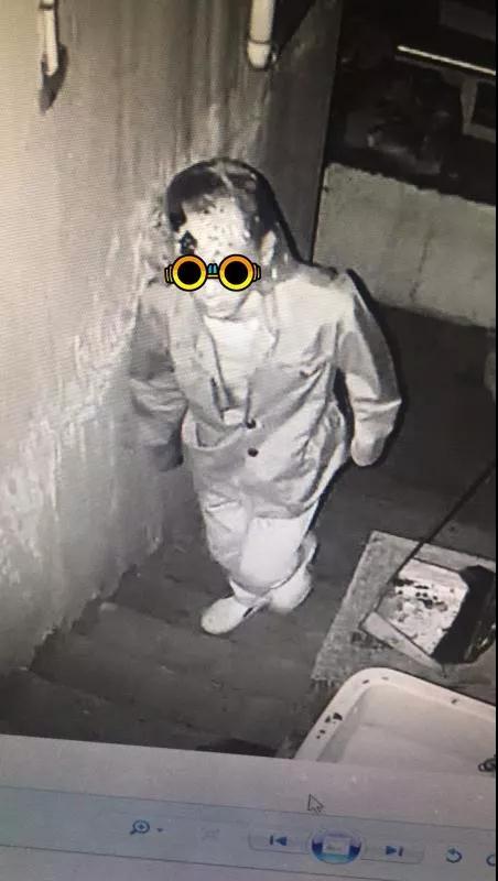 图为:男子用塑料袋蒙住头,试图躲避警方的视线。台州公安供图