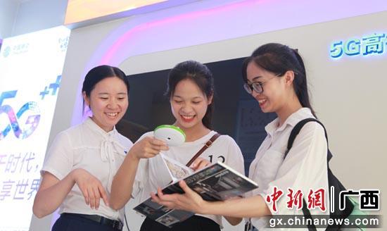 桂林5G校园体验官黎同学正在体验5G应用-奇幻博物馆