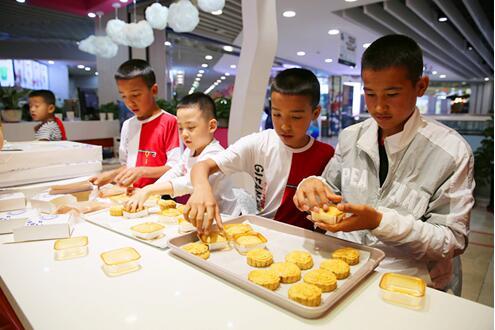 四名萌娃体验手工月饼制作欢度中秋