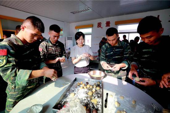 官兵和老师一起制作月饼。特战中队供图
