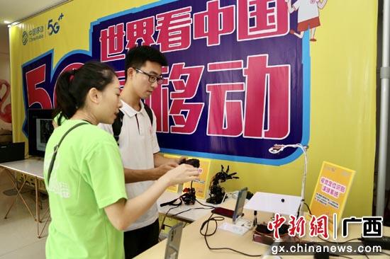 柳州5G校园体验官刘同学正在体验5G应用-视觉定位滚珠系统