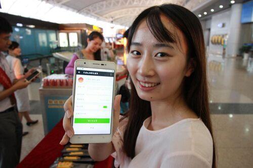 图为旅客展示自己成为阳光服务微信号粉丝。 宁波机场提供