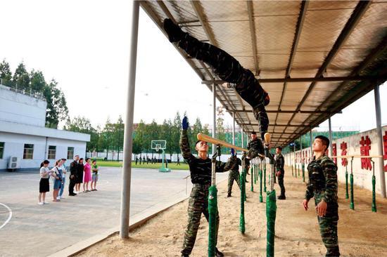 官兵展示格斗术。 特战中队供图