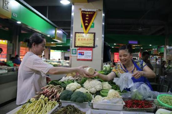 """畲乡景宁:""""民生党建""""放心菜篮贴民心  徐菲菲 摄"""