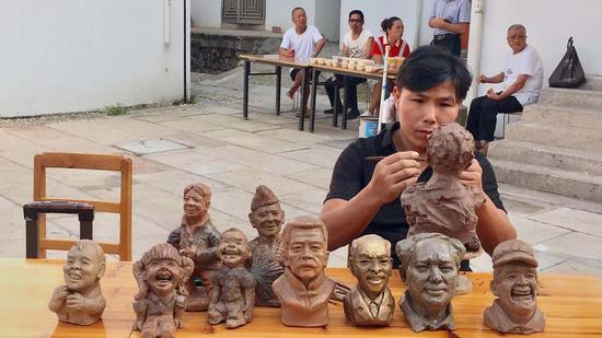 匠人现场制作传统手工艺品。 钱晨菲 摄
