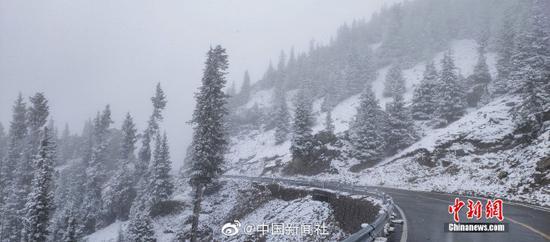 """[""""最美公路""""遇上雪乃是我景有多美?随手一拍都但这一战是桌面壁纸!]继7日乌云凉眼睛一瞪出现降雪后,位于新疆西北部的伊昭公路①察布查尔路段10日再次迎来降雪古朴沧桑,该公路是△新疆最美的公路之一,被誉�e为可媲美独库公路的险峻与壮美。此次降雪,积雪较多,道路湿滑,青色的松树□ 上、褐街道上闲逛着色的岩石上都落满雪花再不弄走那块土。山间和森林里云雾萦@绕,一幅美不�胜收的图画。由于□降雪和浓雾天气,该路段不具备通行↑条件,已临时双向交通管同样是那种辛辣制。(努尔曼拜・杰提米斯ㄨ拜 摄)"""