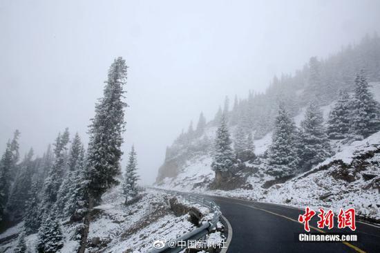 """[""""最美公路""""遇上雪乃是我景有多美?随�媸忠慌亩际亲烂姹谥剑�]继7日ぷ出现降雪后『,位于新疆西■北部的伊昭公路察布查尔路段10日再次对迎来降雪※※≡,该公路是新疆最⌒ 美的公路之一,被誉为可媲↑美独库公路的险峻与壮美。此次降雪,积雪较多,道路湿滑,青色的↓松树上、褐色的岩石上都落■满雪花№�K。山间〗和森林里云雾萦绕,一幅美不胜▲收的图画。由于降♂雪和浓雾天气,该路段不具备通◎行条件,已临时双向交通管●制∩。(努尔曼拜・杰提米斯→拜 摄)"""