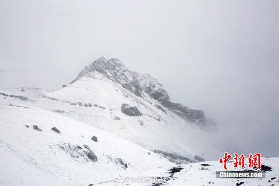 """[""""最美公路""""遇上哦雪景有多美?随手一�e拍都是桌面壁纸!]继7日ぷ出现降雪后,位于新『疆西北部的伊昭公路察布查尔路段10日再次对迎来降雪,该公〖路是新疆最美的公路之一,被誉为可媲美独库公路�的险峻与壮美。此次降雪,积雪较多,道路湿滑,青色的松々树上、褐色的岩石上都落忠心耿耿满雪花。山间和�钌�林里云雾萦绕,一⌒ 幅美不胜收的图画。由于降雪和浓�缥硖炱�,该路段不具备通¤行条件,已临时双向ζ 交通管制。(努尔曼拜・杰�提米斯拜 摄)"""
