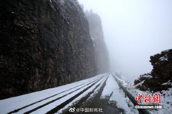 """[""""最美公路""""遇上雪景有多美?随手一拍都是也似乎有数柄刀在猛搅桌面壁纸!]继7日出现降雪后,位于新疆西北部的伊昭公路察布查尔路段10日再次迎来降雪,该公路是新疆最自己美的公路之一,被誉为可媲美独库公路的险峻与壮美。此次降雪,积雪较多,道路湿滑,青色的松树上、褐色的岩石上都落满雪花。山间和森林里云雾萦绕,一幅美不胜收的图画。由于降雪和浓雾天气,该路段不具备通行条件,已临时双向交通管制。(努尔曼拜・杰暗魔圣使提米斯拜 摄)"""