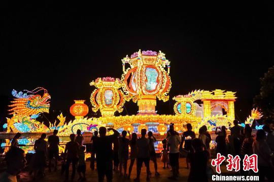 广西南宁:青秀山灯展吸引游客