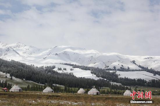 新疆那拉提〓迎来入秋第一场降雪