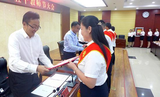 图为师市党委副书记赵卫东向优秀教师颁奖。