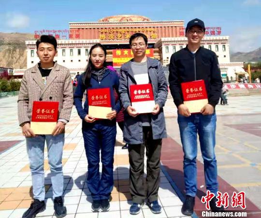 图为段浩(右二)与同事获得荣誉。钟欣 摄