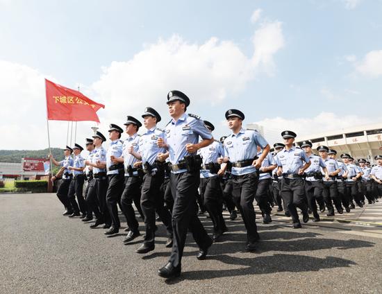 警方赴治安一线展开巡逻。胡学军 摄