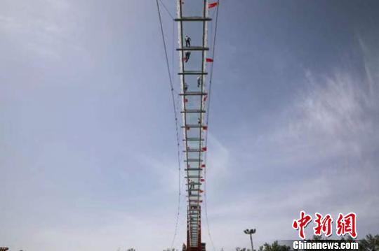 新疆首个9D玻璃天桥建成对外★开放 游客体验观光