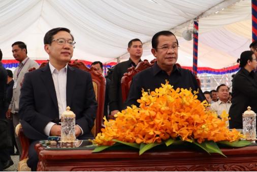 柬埔寨首相洪森和驻柬埔寨大使王文天 曾俊 摄