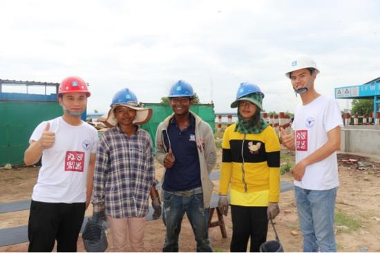 实践团与柬方工人 曾俊 摄