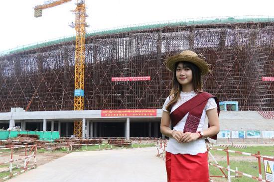 学成归国的Li Yan担任中柬翻译 曾俊 摄