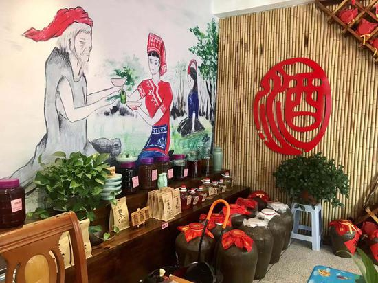 龙泉农村村民制作农家酒、李子干等售卖。 刘方齐 摄