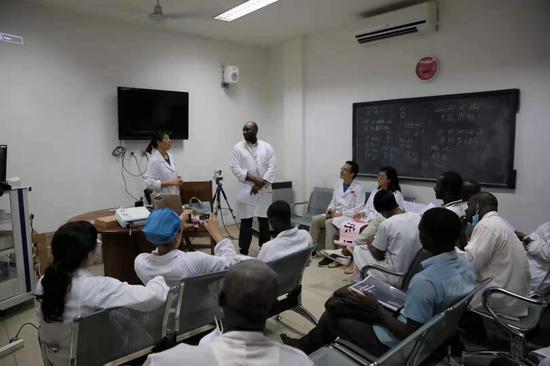图为:中国医生与马里医生交流会 受访者供图