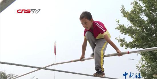 """村里的""""00后""""杂技班:6岁新疆男孩学会""""走钢丝"""""""