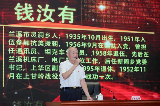 5名老党员受邀上台,讲述他们的入党初心、经历和感悟。 王萍 摄
