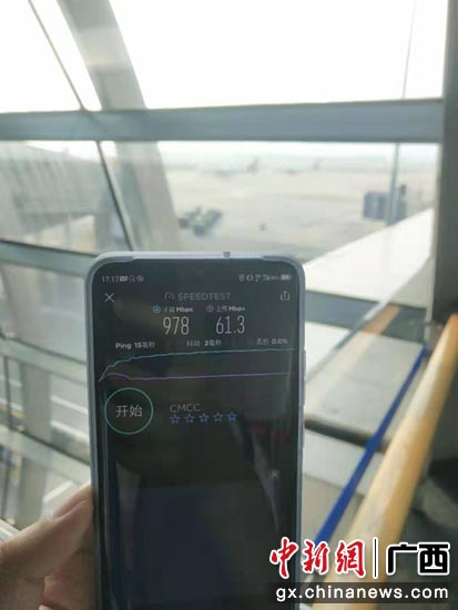 广西移动工作人员在吴圩机场进行5G测试优化
