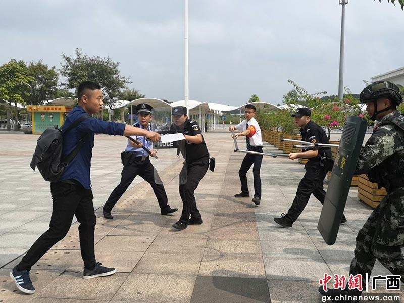 广西防城港高铁站举行反恐演练
