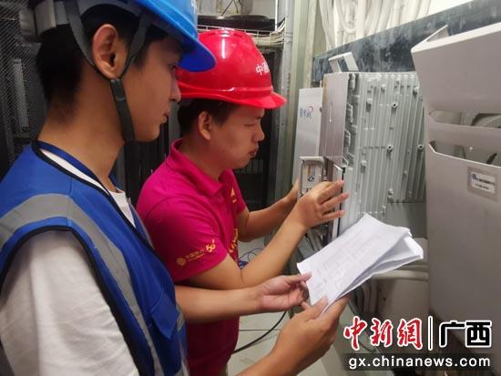 广西移动工作人员进行5G网络设备建设施工