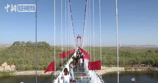 新疆首個9D玻璃天橋迎客 玻璃碎裂音效更添刺激